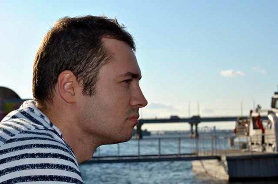 Мужчина размышляет на набережной