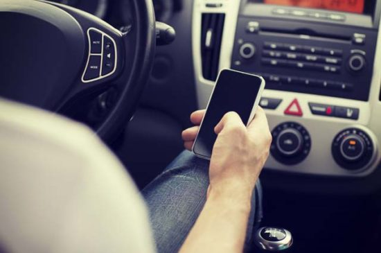 Мужчина с сотовым телефоном в машине