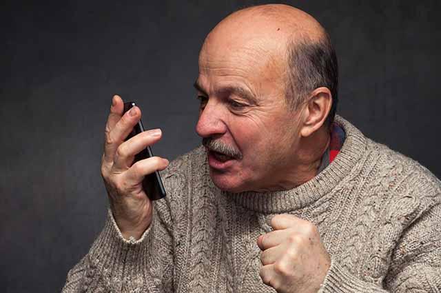 Недовольный мужчина с телефоном