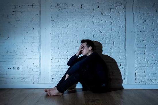 Парень грустит на полу
