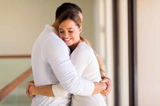 Романтичная пара обнимается