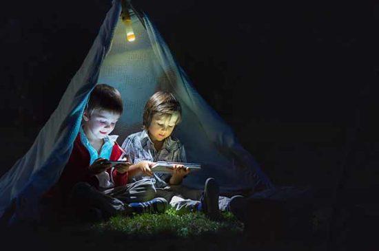 Дети ночью в палатке
