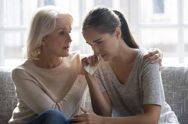 Мама утешает дочь
