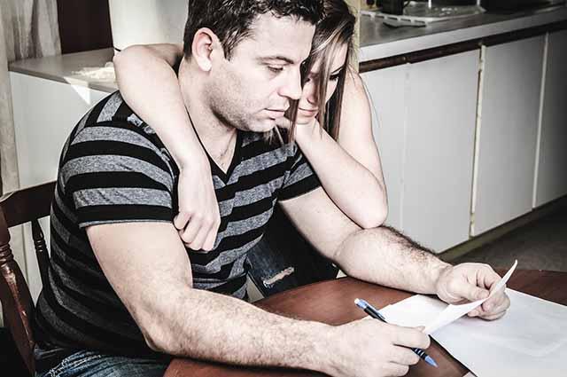 Муж с женой изучают кредитный договор