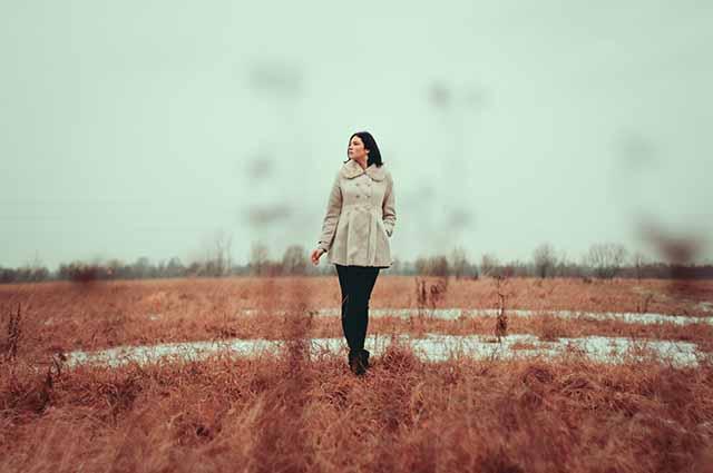 Одинокая девушка в поле