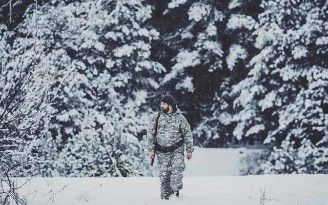 Охотник зимой в лесу