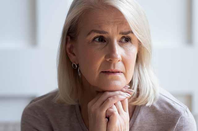 Пожилая женщина расстроена