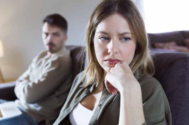 Женщина рассержена на мужчину