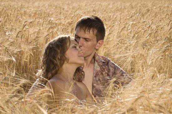 Мужчина и женщина в поле