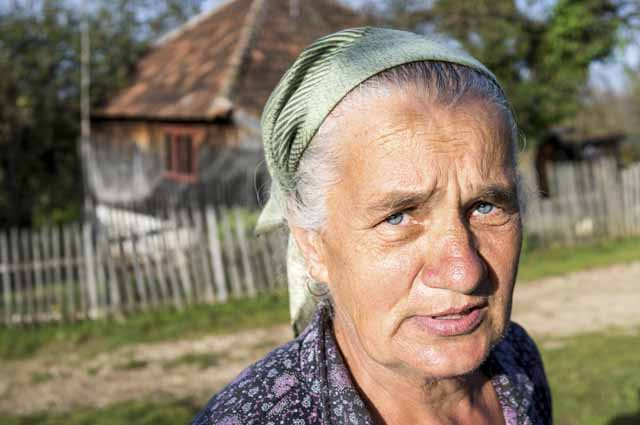 Пожилая женщина в деревне