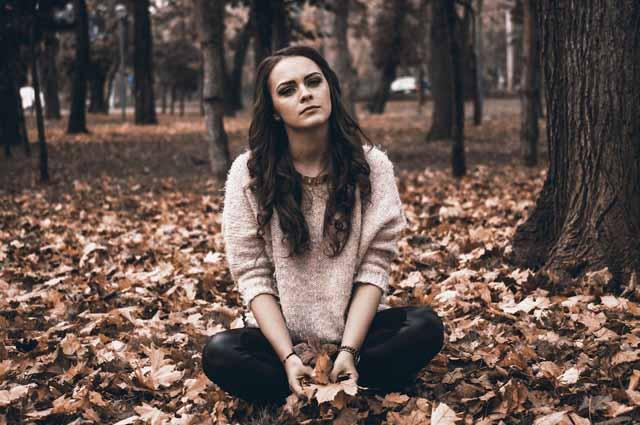 Девушка сидит в парке