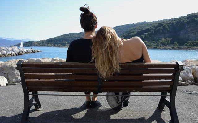 Сестры сидят на лавочке