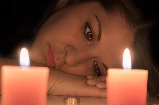 Девушка смотрит на обручальное кольцо
